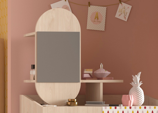 Peegel riiuliga Anna